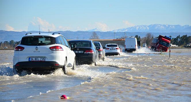 Karayolunu su bastı, sürücüler zor anlar yaşadı