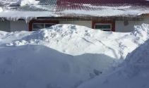 Kar Karlıova'da 2 metreyi aştı, evlerin penceresine ulaştı