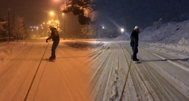 Karın keyfini caddelerde kayak yaparak çıkardılar