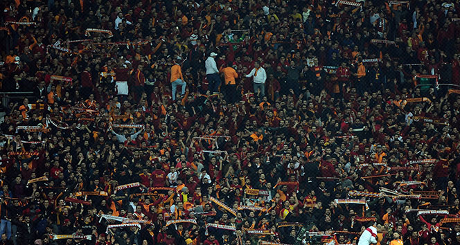 Galatasaray taraftarlarından 'Forvet istiyoruz' tezahüratı
