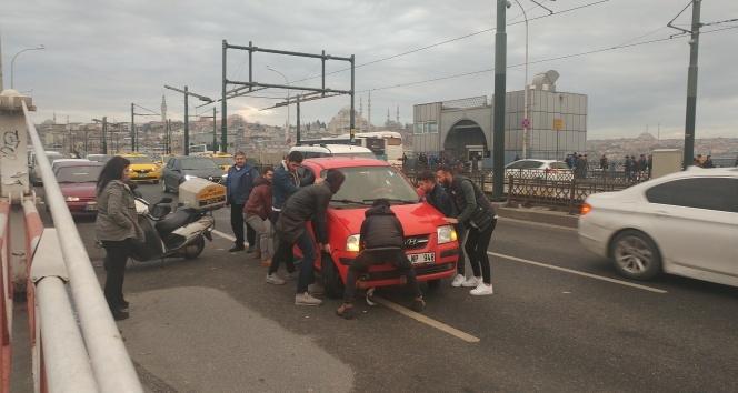 Galata Köprüsü'nde bozulan otomobili elleriyle çektiler