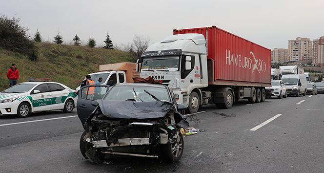 TEM Otoyolunda 3 araç birbirine girdi: 1'i çocuk 8 yaralı