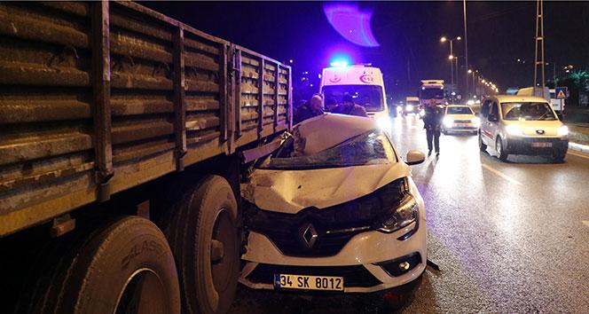 Otomobil tırın altına girdi: 1 yaralı!