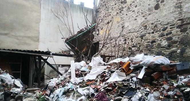 İzmir'de tarihi binanın bir bölümü çöktü