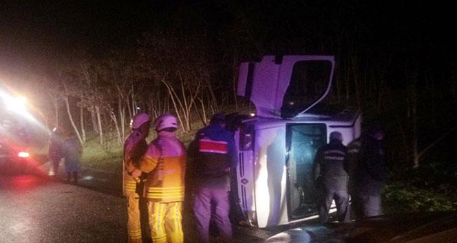 Mültecileri taşıyan minibüs TEM otoyolunda devrildi: 3 yaralı