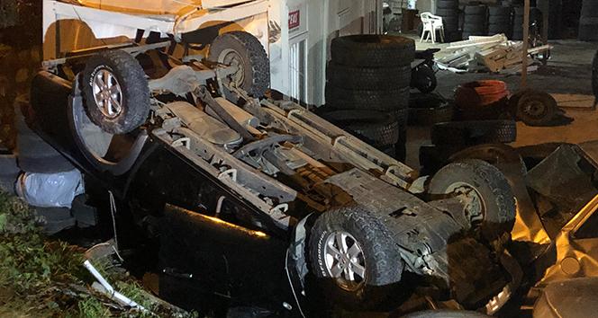 Kontrolden çıkan araç, oto lastik dükkanına uçtu