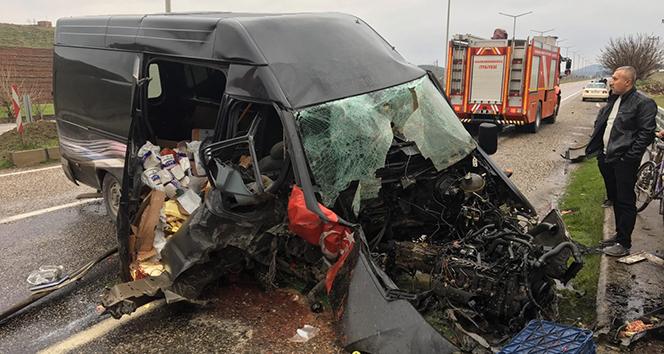 Hurdaya dönen kargo aracının sürücüsü yaralı kurtuldu