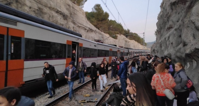 Barselona'da iki tren çarpıştı: En az 1 ölü, 8 yaralı