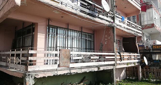 Avcılar'da 8 ailenin yaşadığı yıkılmaya yüz tutan bina tehlike saçıyor