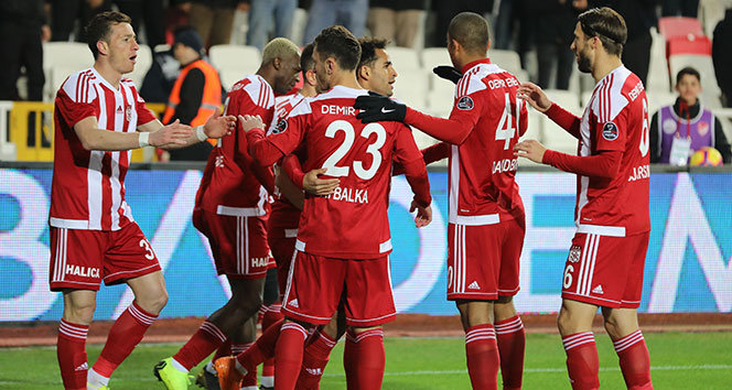 Sivasspor Akhisarspor'u 2 golle geçti