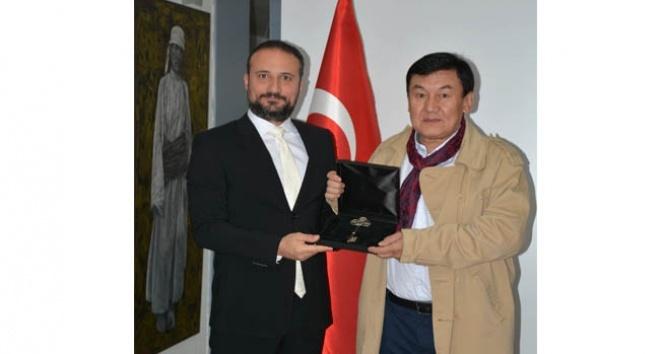 """KKTC'den Kırgızlı ressamlara  """"Gümüş Anahtar Onur Ödülü"""""""