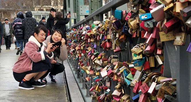 Aşıklar köprüyü kilitledi