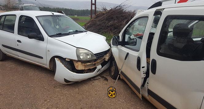 Gaziantep'te iki araç kafa kafaya çarpıştı: 3 yaralı