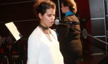 Görme engelli kızın konserde söylediği türkü herkesi hayran bıraktı