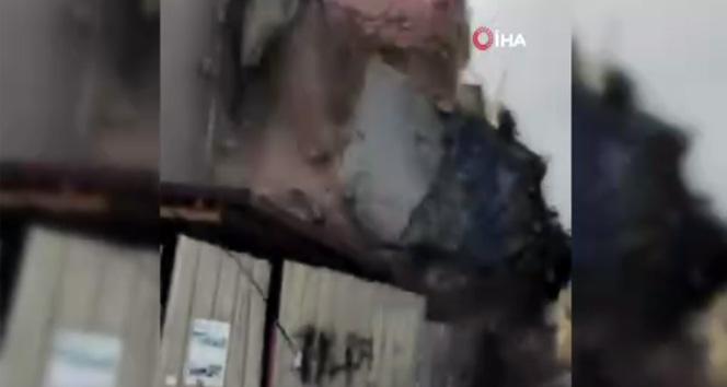 Fatih'te 3 katlı ahşap bina böyle çöktü