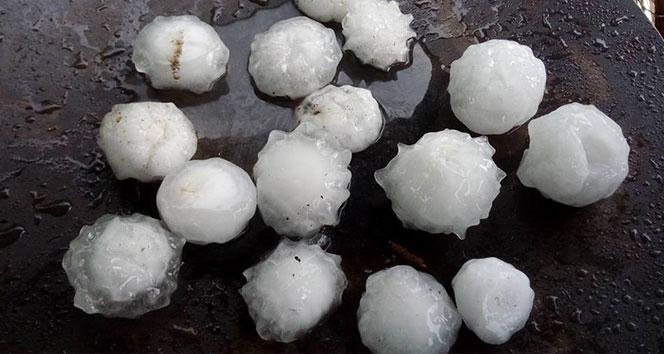Bangladeş'te ceviz büyüklüğünde dolu yağdı
