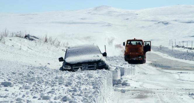 Ardahan-Göle karayolunda onlarca araç karda kayboldu