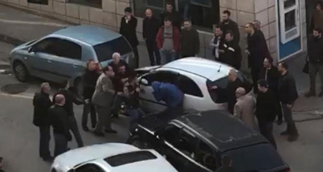 Trafikte yol verme kavgasında coplar konuştu