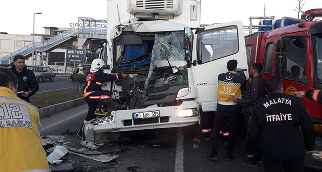 Malatya'da tır kamyonla çarpıştı: 1 yaralı