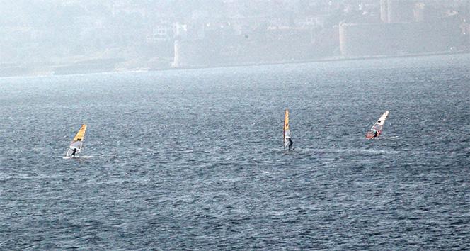 Buz gibi havada rüzgar sörfü