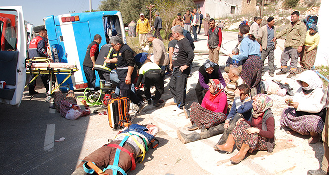Tarım işçilerini taşıyan midibüs devrildi! 5 ölü, 22 yaralı