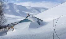 Evler kar altında kaldı