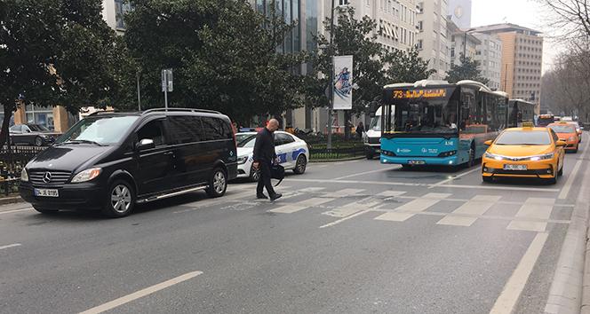 Harbiye'de manevra yapan minibüs yayaya çarptı