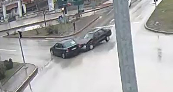 Kırmızı ışıkta geçen sürücünün sebebiyet verdiği kaza kamerada
