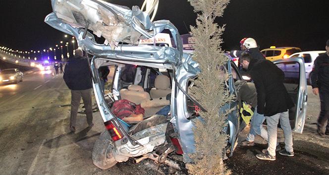 Elazığ'da araç direğe çarptı: 4 yaralı