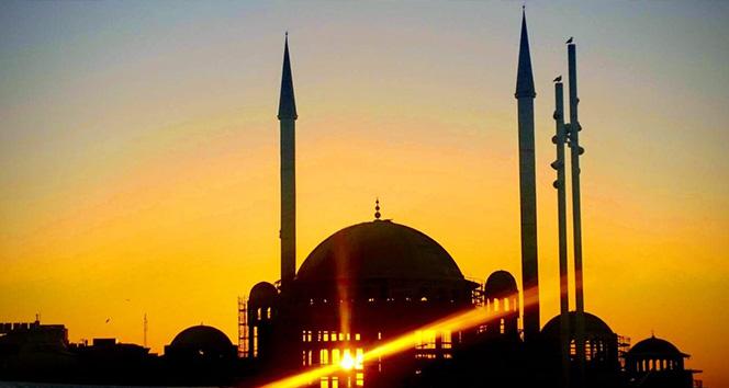 Taksim'de gün batımı kendisine hayran bıraktı