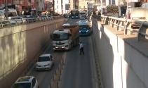 Otobüsü arızalanan muavin alt geçidi trafiğe kapattı