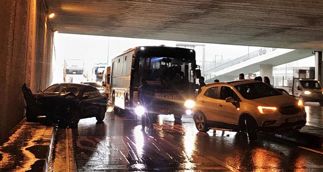 Beylikdüzü'nde 2 araç çarpıştı, trafik durma noktasına geldi