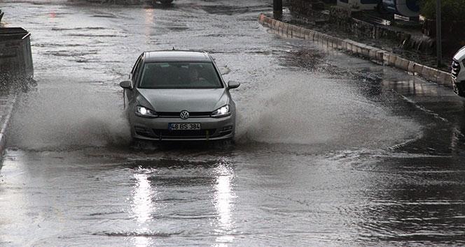 Bodrum'da sokaklar 15 dakikada göle döndü