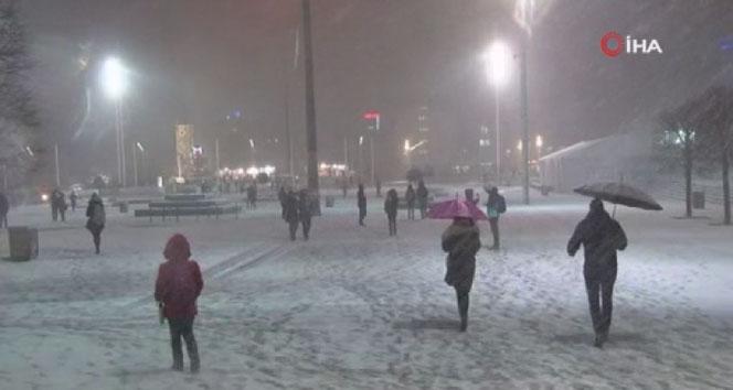 Taksim'de kartpostallık kar manzarası