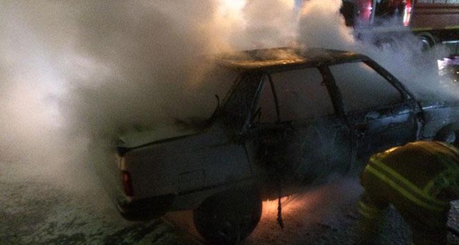 Park halindeki otomobil alev alev yandı...