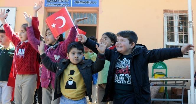 Sınırın sıfır noktasından Türk bayraklı Çanakkale mesajı
