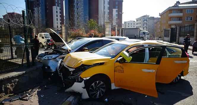 İki aracın bahçe duvarına çarptığı kaza kamerada