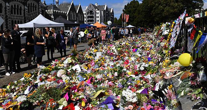 Camideki katliama dünyanın dört bir yanından çiçek gönderiliyor