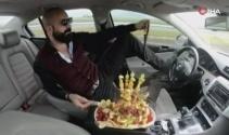 Trafikte meyve yerken ayağıyla direksiyonu kullanan sürücüye 5 ay hapis