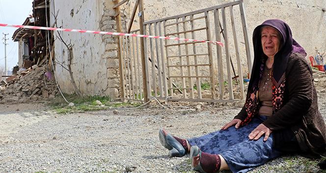 Depremde evleri yıkılan vatandaşlar yaşadıklarını gözyaşlarıyla anlattı
