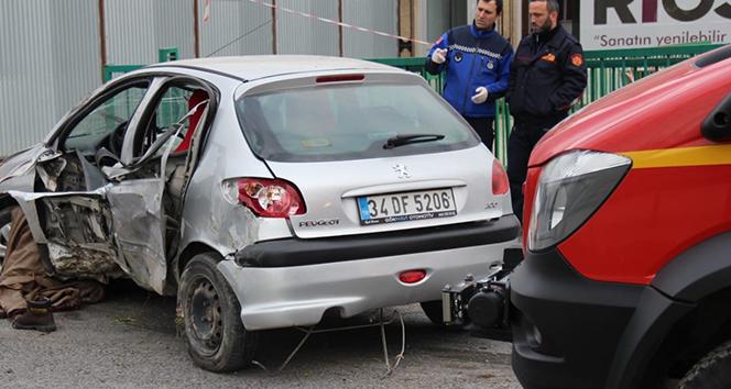Yayaya çarpıp altına alan otomobil bariyere girdi: 2 ölü