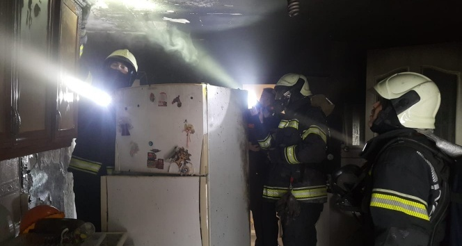 Buzdolabından çıkan yangında ev sahibi dumandan etkilendi