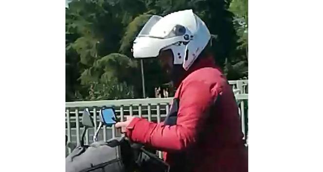 Seyir halinde cep telefonu kullanan motosikletli tehlike saçtı