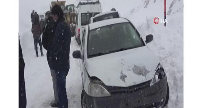 Karla mücadele çalışmalarının yapıldığı sırada 5 aracın karıştığı kaza anı kamerada