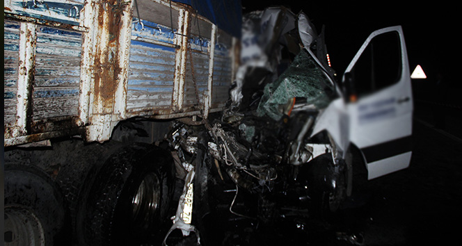 Yolcu minibüsü kamyona çarptı: 2 ölü, 11 yaralı