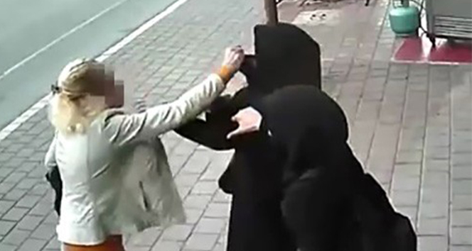 Adana'da tesettürlü kadınlara çirkin saldırı