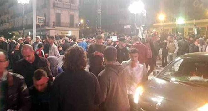 Cezayirliler Buteflika'nın istifasını kutluyor