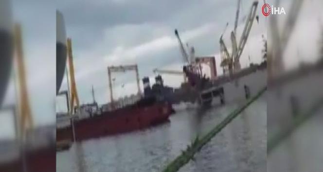 Tuzla'da bir tersanede vinç denize devrildi