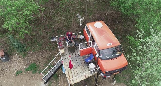 Kızları ağaç ev istedi, o onlara minibüsten ev yaptı