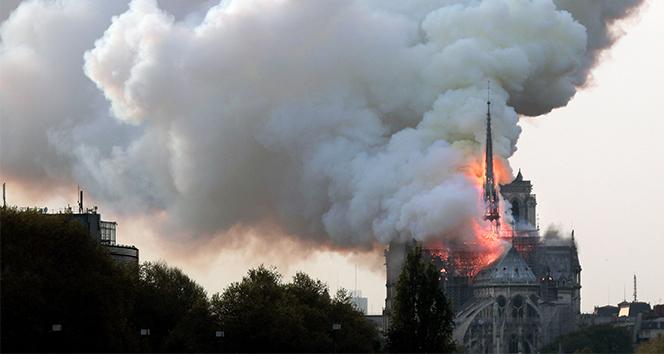 Macron: 'Notre Dame Katedrali 5 yılda yeniden inşa edilecek'